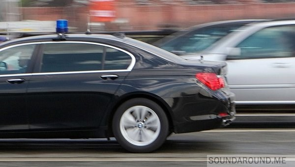 Периодически проезжают машины с мигалками: чиновники, полиция, скорая, пожарные и снова чиновники и полиция.