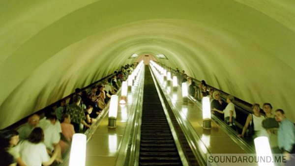 Заходим в метро, спускаемся по эскалатору и слушаем красивую мелодию в праздничный день.