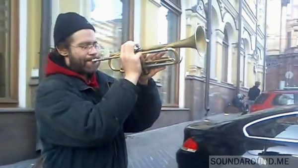 На пешеходных улицах часто встречаются музыканты. Вот это играет трубач