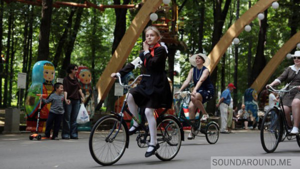Вот парк Сокольники. Теплый летний субботний день. Люди гуляют, катаются на велосипедах, самокатах и четырехместных веломашинках.