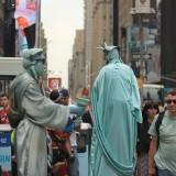 как и на красной площади, здесь есть свои герой - статуя свободы завлекает жертву рожком-факелом