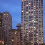 безликие коробки стеклянных небоскребов преображаются вечером, когда начинают сиять, как драгоценные камни
