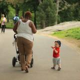 чернокожие нянечки и их белокожие дети самое частое зрелище в парках и скверах