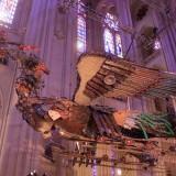 весьма интересная история о том, как за большие деньги один китайский художник выставил прямо внутри собора Иоанна Богослова двух гигантских драконов
