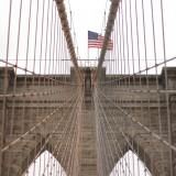 Бруклинский мост является самым популярным среди туристов только лишь потому, что прогуляться через него можно прямо по центру - над несущимися машинами