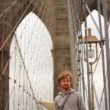 мост покрашен в сепийные цвета, оттого является хорошим фоном для фотографий даже в пасмурную погоду!