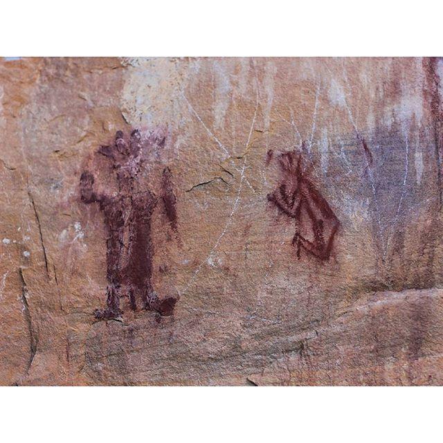 А тут можно представить (только лишь представить:))) что на этом рисунке изображена погребальная церемония. Ну, можно предположить, что справа - усопший, подготовленный для погребения в саркофаге (их фиксировали веревками в позе эмбриона - с согнутыми руками и ногами, плотно прижатыми к телу), а слева - жрец (шаман?), способный провести обряд и отправить человека в мир иной. Чачапойя верили в бессмертие души. Ну и рисунки эти мы наблюдали в церемониальном центре культуры Часапойя - как водится, на узких полочках высокого скальника. #chachapoya #Peru #lovePeru #petroglyphs #precolumbian #precolumbianculture #SouthAmerica